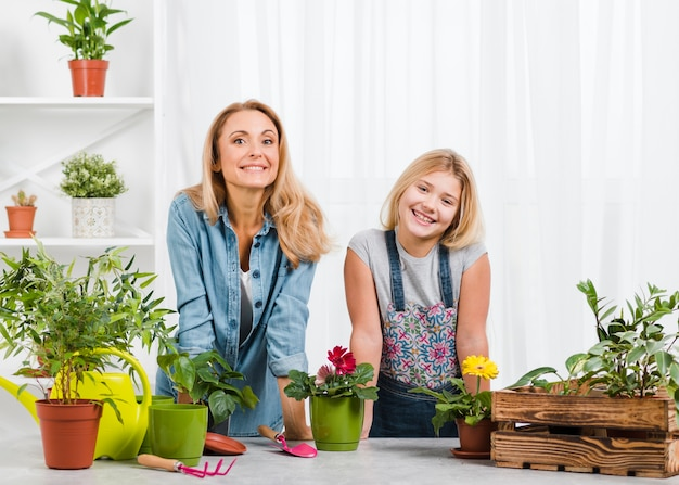 Smiley mamá e hija en invernadero