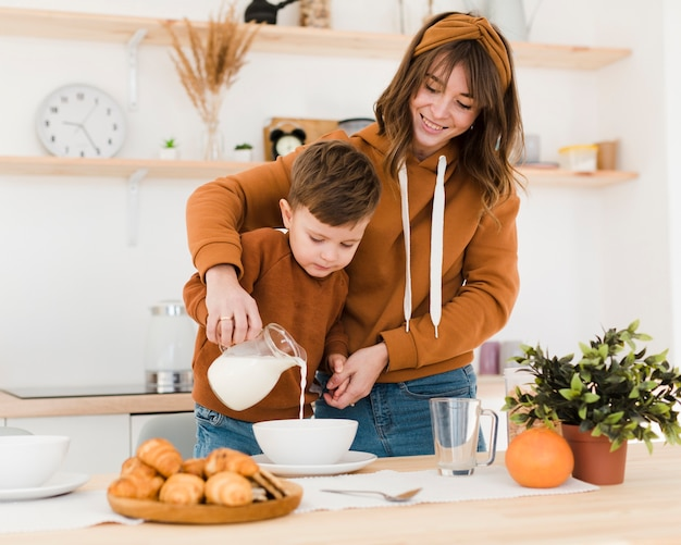 Smiley mamá e hijo en la cocina