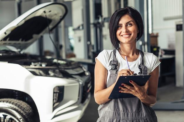 Smiley mecánico femenino con portapapeles