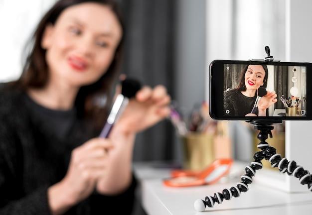 Smiley mujer borrosa con cepillo