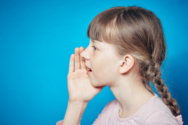 Smiley niña traviesa compartiendo un secreto. concepto de comunicación e información de chismes.