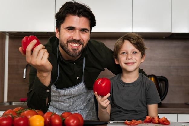 Smiley padre e hijo en la cocina