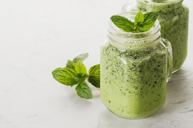 Smoothie verde con albahaca