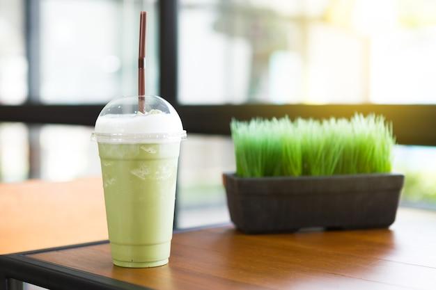 Smooties de té verde en la cafetería con la luz del sol de la mañana