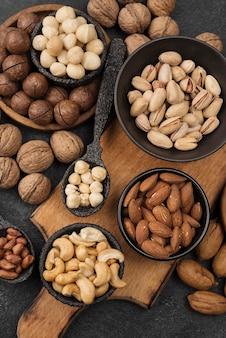 Snack de frutos secos orgánicos en tazones sobre tabla de madera