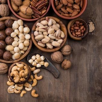 Snack de frutos secos orgánicos en tazones