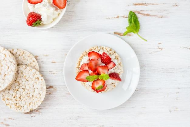 Snack saludable de tortas de arroz con ricota y fresas