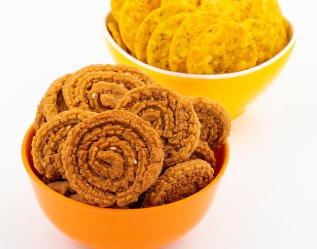 Snack tradicional indio chakli con masala khari