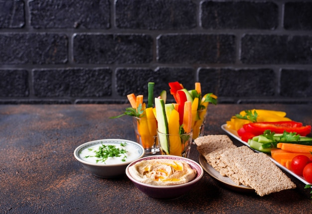 Snacks bar. palitos de verduras y hummus.