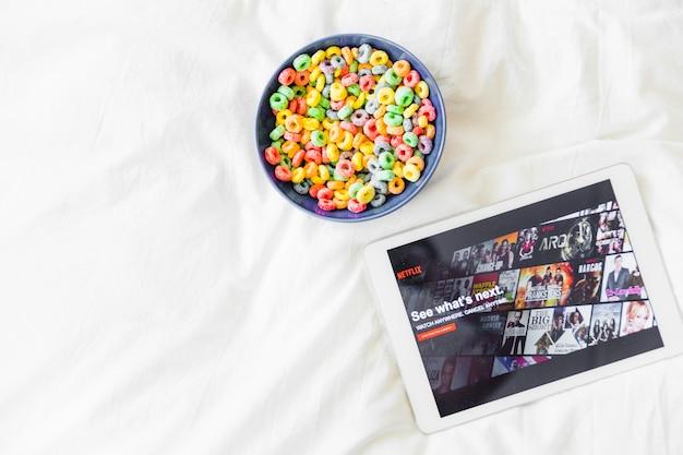 Snacks cerca de la tableta con el sitio de netflix