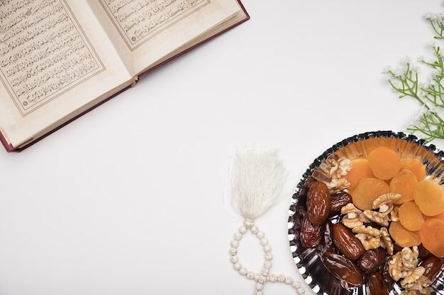 Snacks y corán en la mesa