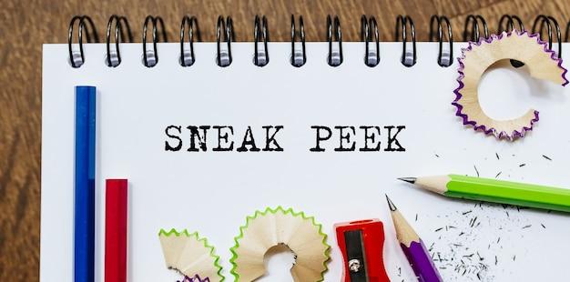 Sneak peek texto escrito en un papel con lápices en office