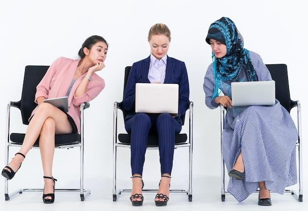 Sneaky two mujeres está copiando el trabajo y la idea del trabajador de co