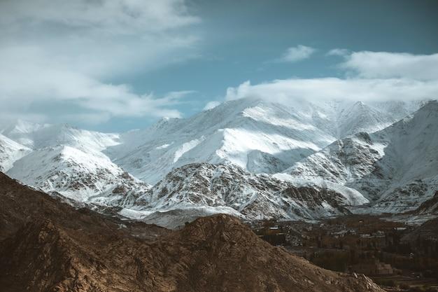 Snow mountain view del distrito de leh ladakh, india