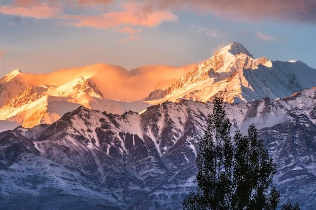 Snow mountain view del distrito de leh ladakh, parte norte de la india