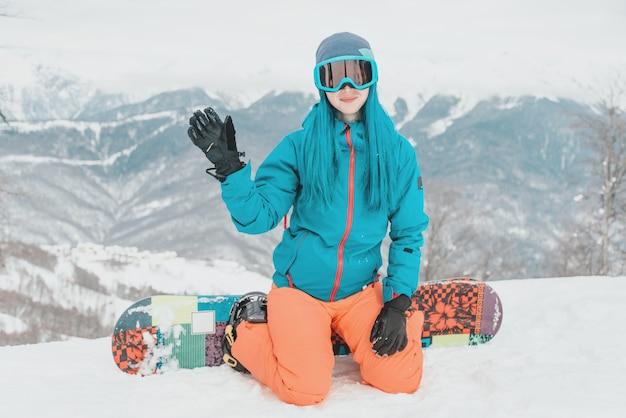 Snowboarder en la cima de la montaña