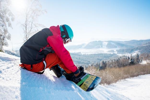 Snowboarder en la estación de esquí en invierno