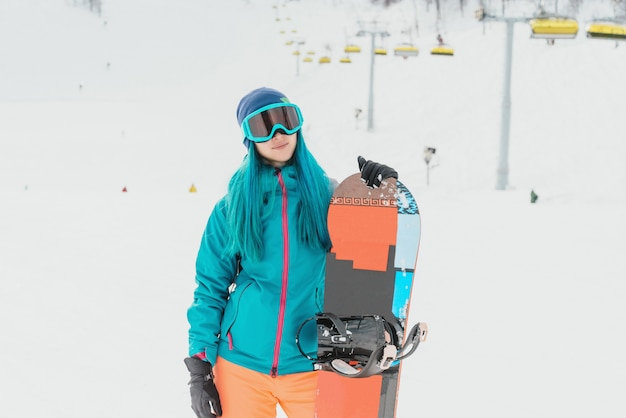 Snowboarder femenino en la estación de esquí