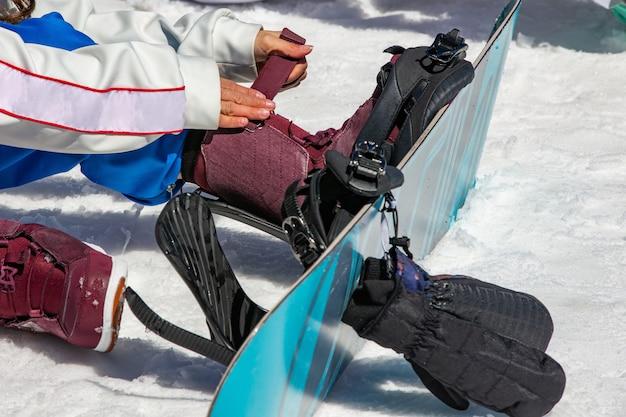 Snowboarder femenino usa equipo de snowboard