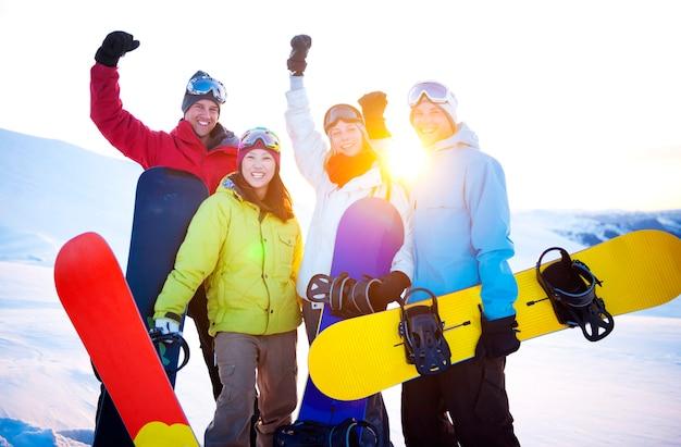 Snowboarders en la cima de la montaña