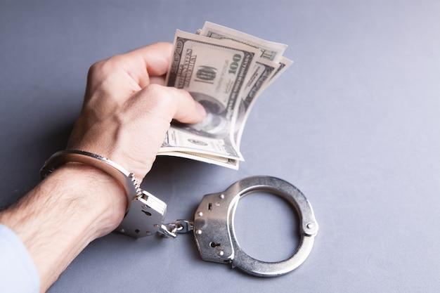Soborno de dinero y esposas a las autoridades