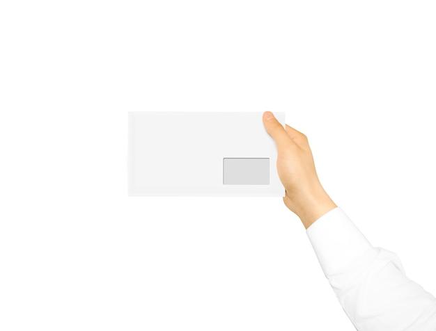Sobre en blanco blanco maqueta hasta sosteniendo en la mano.