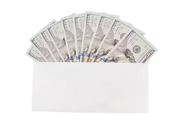 Sobre blanco con dólares sobre un fondo de madera. concepto financiero.