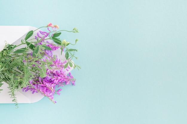 Sobre blanco con flores de color rosa en azul. correo para ti