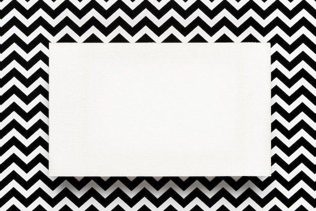 Sobre blanco con fondo abstracto