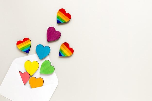 Sobre con corazones de arcoiris