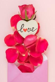 Sobre del día de san valentín con pétalos de rosa
