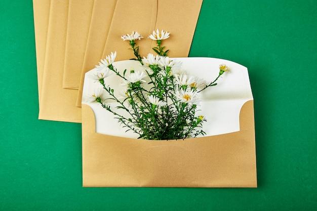 Sobre dorado con un arreglo floral de primavera
