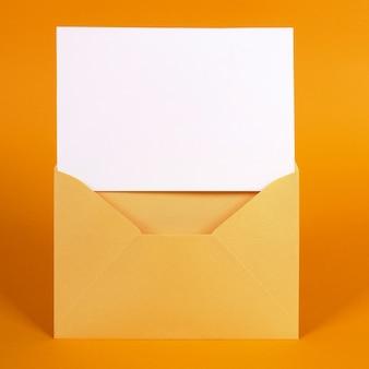 Sobre dorado con tarjeta de mensaje en blanco