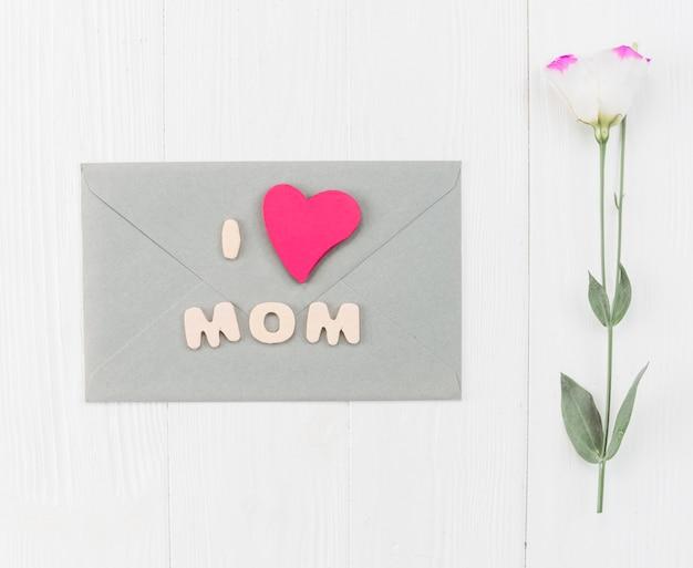 Sobre con flor para el dia de la madre.