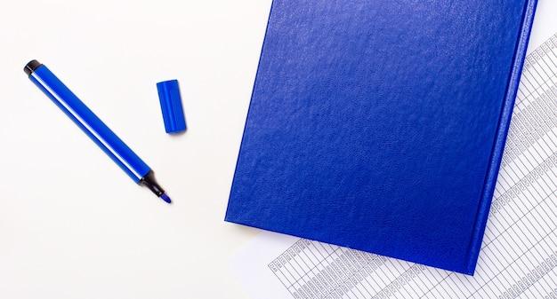 Sobre un fondo blanco informa, un bolígrafo azul y un cuaderno azul con el texto solo miembros. concepto de negocio. bandera