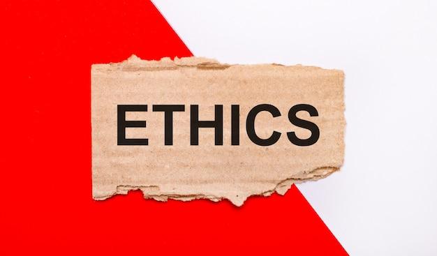 Sobre fondo blanco y rojo, cartulina marrón rasgada con el texto ética
