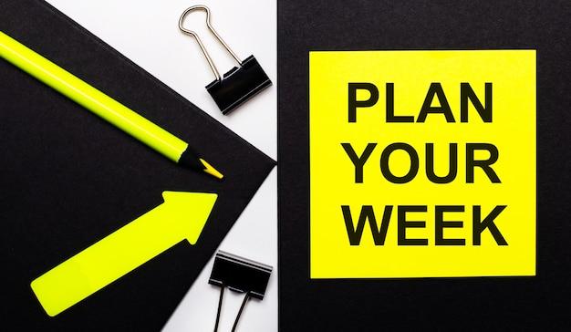 Sobre un fondo negro, un lápiz amarillo brillante y una flecha y una hoja de papel amarilla con el texto planifica tu semana