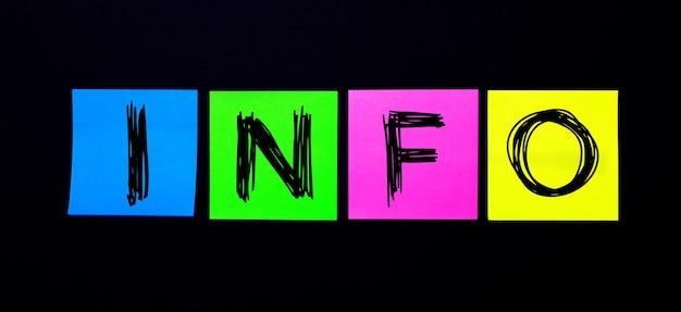 Sobre un fondo negro, pegatinas multicolores brillantes con la palabra info. ilustración