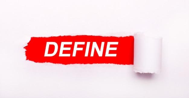 Sobre un fondo rojo vivo, papel blanco con una raya rasgada y la inscripción define