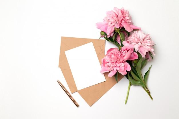 Sobre horizontal artesanal de negocios con una hoja de papel blanco.