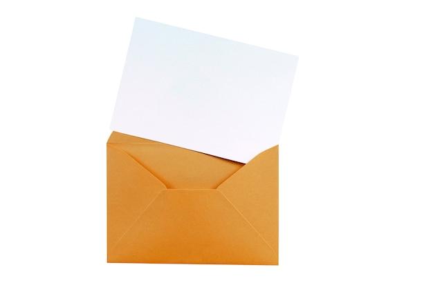 Sobre marrón de manila con la tarjeta de carta en blanco