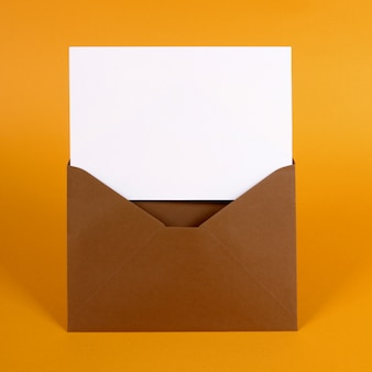 Sobre marrón con tarjeta de mensaje en blanco