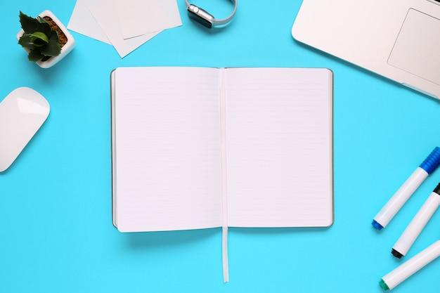 Sobre la mesa de la oficina con bloc de notas, cuaderno y reloj y rotulador. copia espacio