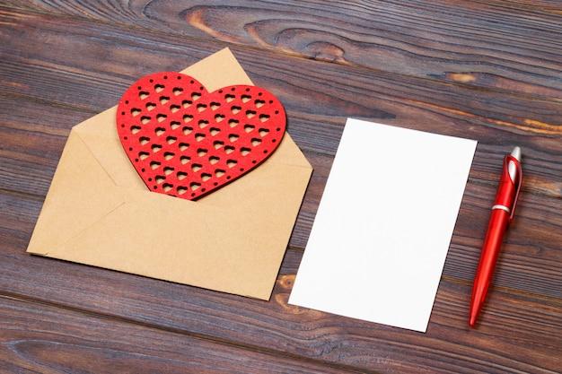 Sobre o carta, corazones rojos y notas.