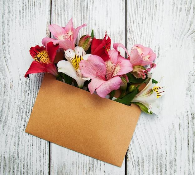 Sobre de papel con flores de alstroemeria.