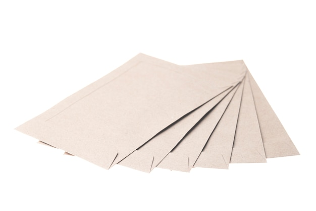 Sobre de papel marrón aislado