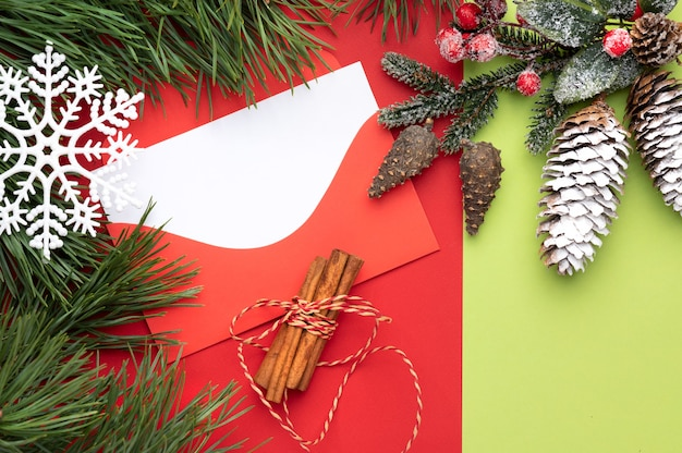Sobre rojo navideño con espacio para texto sobre un fondo rojo y verde con copo de nieve navideño