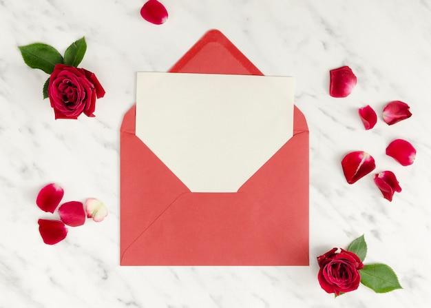 Sobre romántico con tarjeta vacía