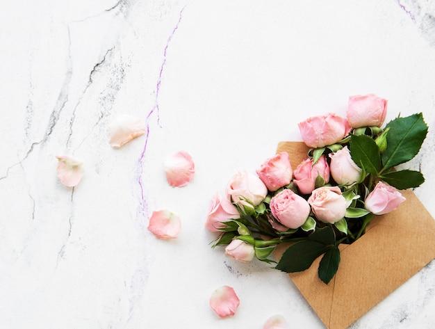 Sobre y rosas rosas.
