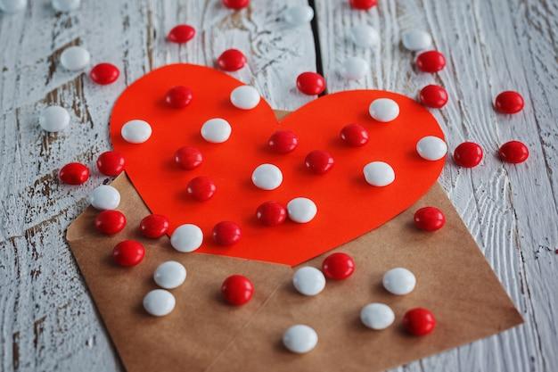 Sobre simple con tarjeta de san valentín de corazón de papel rojo